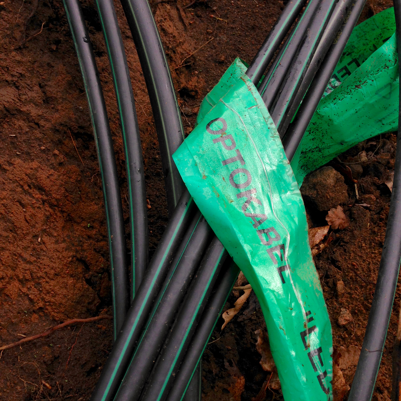 Plats för kopplingsskåp där fiber skall fördelas till olika hus och vidare till nästa kopplingsskåp, med olika dimensioner på slangarna.
